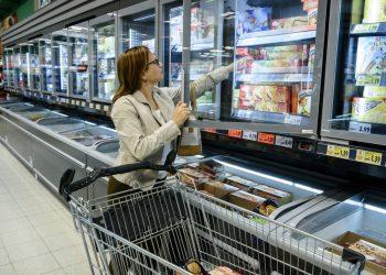 Pakastekalusteet rakentuu omakoneiselle pakastekaappi Top Freezer ja pakasteallas Visor yhdistelmällä - Suomen myymäläkaluste