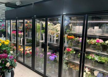 Näyttävä lasiovellinen leikkokukkakaluste yksittäin tai näyttäväksi linjastoksi kukkakauppaan ja leikkokukkaosastoille - Suomen myymäläkaluste